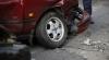 A ajuns cu portbagajul deteriorat și cătușe la mâini. Manevra făcută de un șofer grăbit (VIDEO)