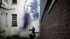 Două picturi ale controversatului artist britanic Banksy, scoase la licitație. Care le este prețul