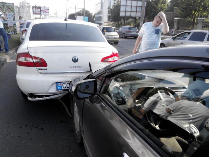 HAOS pe viaduct! ȘASE șoferi ghinioniști s-au trezit prinși într-un ACCIDENT ÎN LANȚ (FOTO)