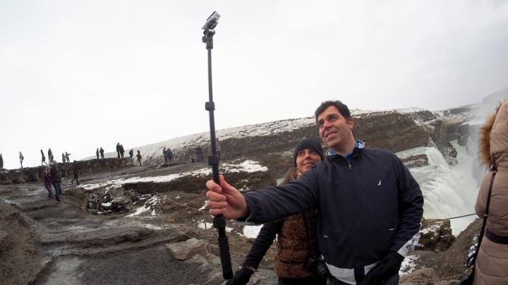 INCIDENT BIZAR! Stick-ul pentru selfie i-a adus moartea unui britanic