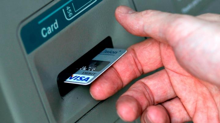 TREBUIE SĂ ŞTII! Ce se întâmplă dacă tastezi PIN-ul INVERS la bancomat
