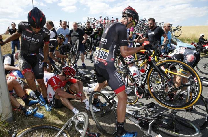 ZI GROAZNICĂ la Turul Franţei! Ce s-a întâmplat în timp ce cicliştii rulau cu peste 70 km/h (FOTO)
