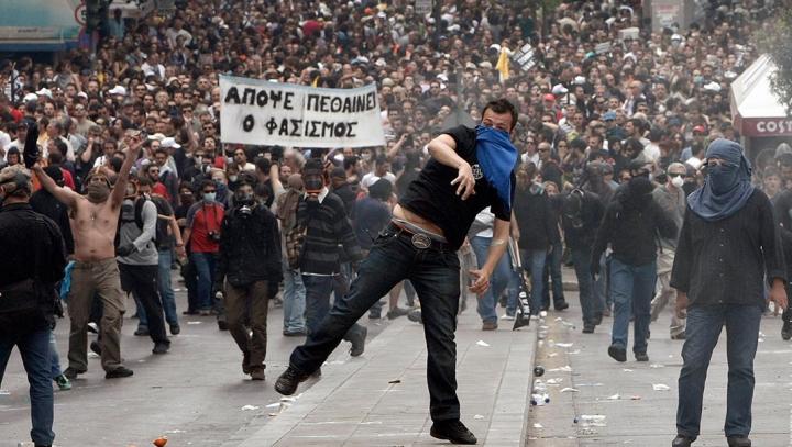 Ciocniri între protestatari şi poliţie în preajma Parlamentului de la Atena (VIDEO)