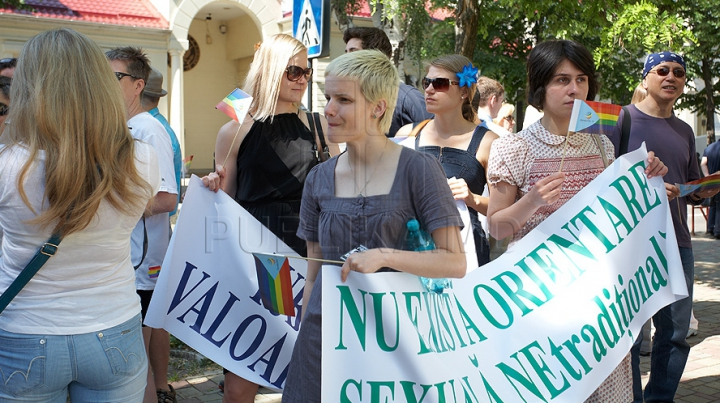 Proteste la Bălţi pentru susţinerea homosexualilor. VEZI ce reacţie a avut poliţia