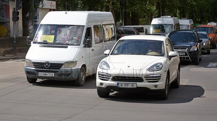 GHINION pentru un şofer din Capitală! Peste 100.000 de lei i-au fost furaţi din Porsche (VIDEO)