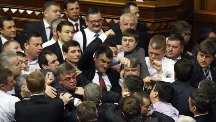 (VIDEO) BĂTAIE în Rada de la Kiev. Ce motiv banal a generat îmbrânceala