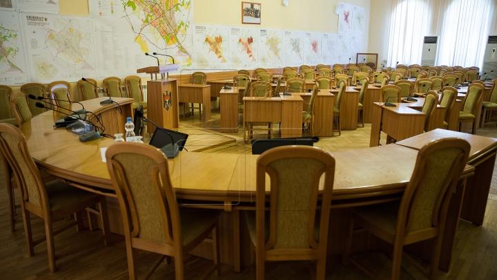 Un ales local PDM şi unul din PSRM şi-au retras mandatele de consilieri municipali din Chişinău