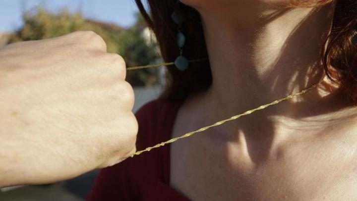 Şoc pentru o fată din Capitală. Un hoţ pe motoretă i-a smuls lanţul de la gât (VIDEO)