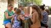 Cu haine vechi în noul an şcolar. Povestea tristă a unei familii cu opt copii din Floreşti (VIDEO)