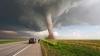 Imagini incredibile. O maşină a fost smulsă de pe stradă şi luată de o tornadă (VIDEO)