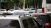 Reglare de conturi în trafic, cu bâtă şi pumni. Un taximetrist, agresat ziua în amiaza mare (VIDEO)