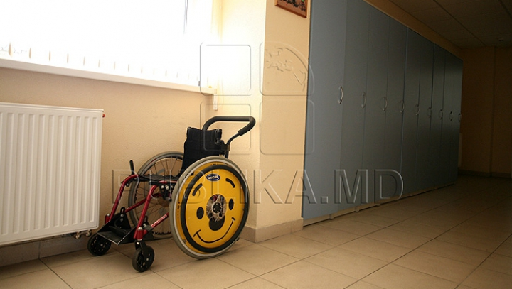 FĂRĂ MILĂ! O moldoveancă a jefuit un bărbat imobilizat la pat