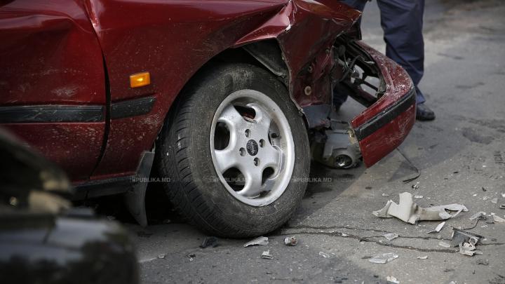 ACCIDENT TERIBIL! Trei maşini au fost lovite grav în sensul giratoriu (VIDEO)