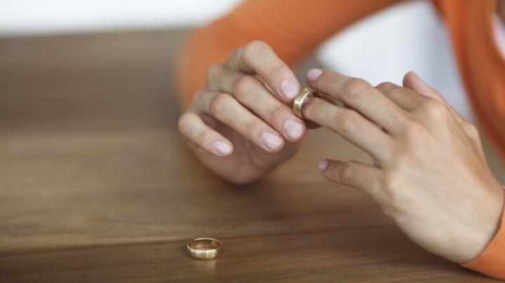 Şi-a sărbătorit divorţul într-un mod inedit. Ceea ce a făcut o femeie i-a băgat în sperieţi pe localnici