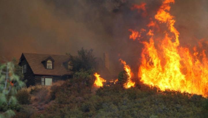 Sute de oameni au fost evacuaţi în California, după ce a izbucnit un incendiu