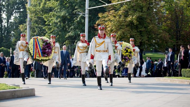 Oficialii au depus flori la monumentul domnitorului Ştefan cel Mare din centrul Capitalei (FOTOREPORT)