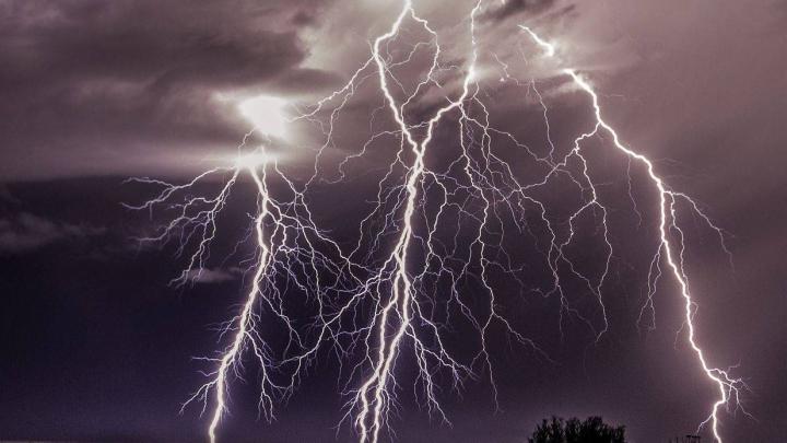 ATENȚIE! Ce să nu faci niciodată în timpul unei furtuni