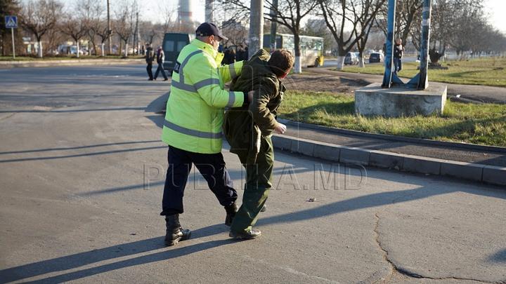 SCANDAL la un inspectorat din Capitală! Un individ a înjurat polițiștii și a aruncat cu scaune (VIDEO)