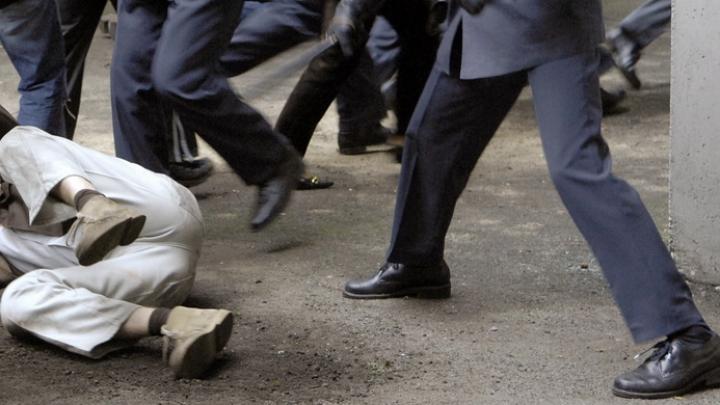ÎNCĂIERARE în Capitală! Mai mulţi tineri s-au luat la harță în mijlocul unei străzi (VIDEO)