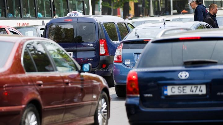 A parcat bolidul de lux în mijlocul străzii şi dus a fost. Fapta unui şofer din Chişinău (FOTO)
