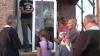 Stau în rând, bat mătănii şi se roagă la o... fereastră termopan! FENOMEN BIZAR într-un sat din Ucraina