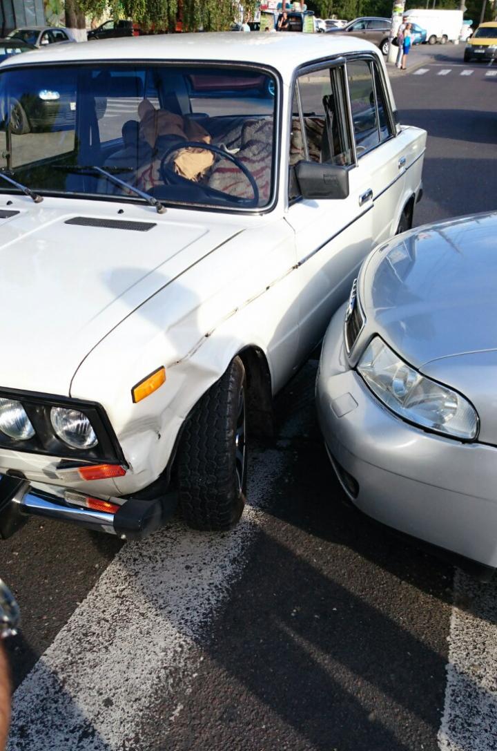 Iresponsabilitatea la volan provoacă accidente. S-a întâmplat în Capitală pe o trecere de pietoni (FOTO)