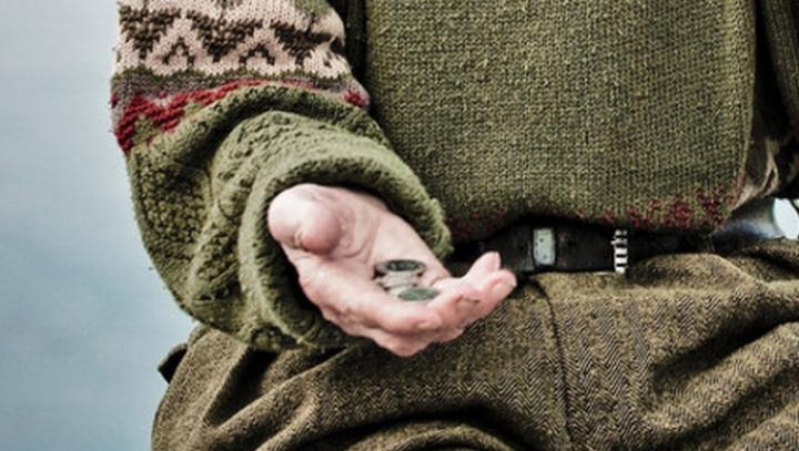 Un cerșetor român, erou local în Spania, după ce a găsit o borsetă cu bani pe jos