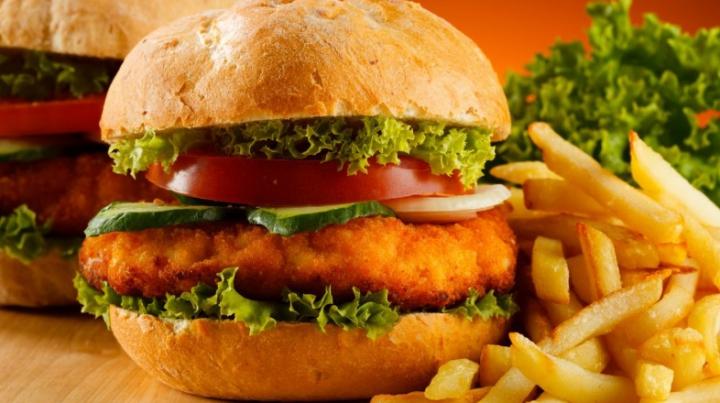 Cum îţi afectează creierul produsele fast-food. Este mult mai GRAV decât se credea