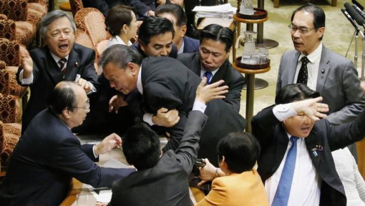 Violenţe în Parlamentul Japoniei! Ce i-a făcut pe deputaţi să-şi împartă pumni (VIDEO)