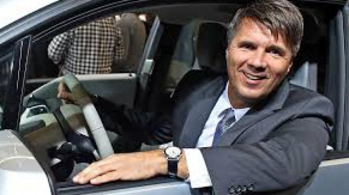 Şeful BMW a leşinat în timpul prezentării de la Salonul Auto de la Frankfurt (VIDEO)