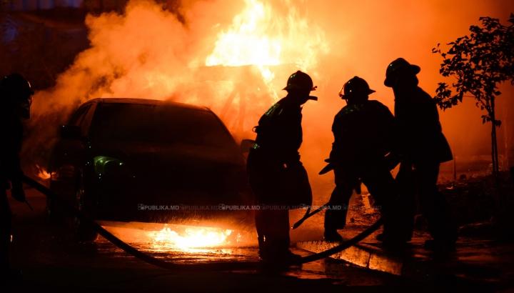 Un incendiu A MISTUIT 12 maşini de lux! NIMIC nu a mai putut fi salvat