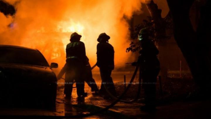 Locuitorii unui oraş sunt îngroziţi: Şase maşini, printre care şi a primarului, incendiate