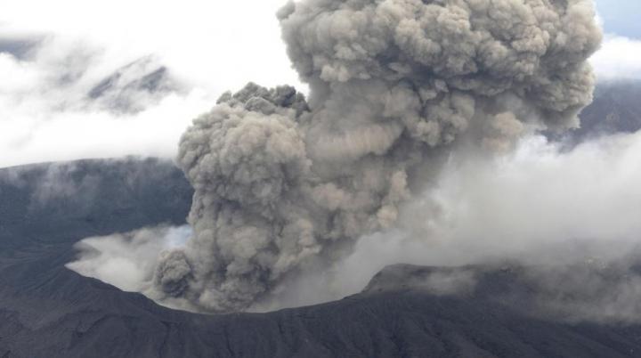 Coloane de fum negru şi gaze au acoperit Japonia în urma erupţiei vulcanului Aso