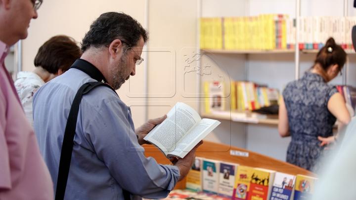Raiul cărţilor la Biblioteca Naţională! Mii de lucrări au fost expuse pentru iubitorii de lectură (FOTO)