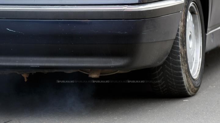 """""""E UN NESIMŢIT"""" Cum şi-a parcat maşina un şofer din Capitală (FOTO)"""