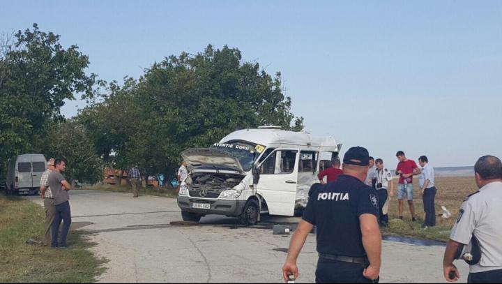 PRIMELE IMAGINI de la locul accidentului în care a fost împlicat un microbuz şcolar