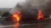 A luat foc în mijlocul şoselei. Pompierii au stins incendiul dintr-o maşină