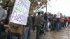 Au ieşit în stradă să-şi ceară şcoala înapoi. Zeci de copii au protestat pe vreme rea în satul Ciumai