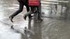 INUNDAŢIE în sectorul Buiucani al Capitalei. Şuvoaiele de apă le dau bătăi de cap pietonilor (VIDEO)