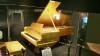 Pianul acoperit cu aur al lui Elvis şi toba trupei Beatles, scoase la licitaţie! Care este preţul acestora