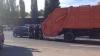 HAOS pe Calea Basarabiei din Capitală: O maşină a intrat într-o autospecială de gunoi (VIDEO)