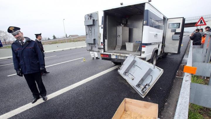 FURT CA ÎN FILME. Trei bărbaţi au furat cinci milioane de euro dintr-o mașină blindată