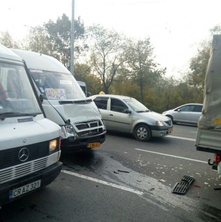 O adolescentă rănită și ambuteiaj kilometric. Accident în lanț pe strada Alecu Russo (FOTO)