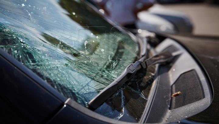 ACCIDENT GRAV la Făleşti. O maşină a derapat de pe traseu inversându-se. Şoferul a fost internat (FOTO)