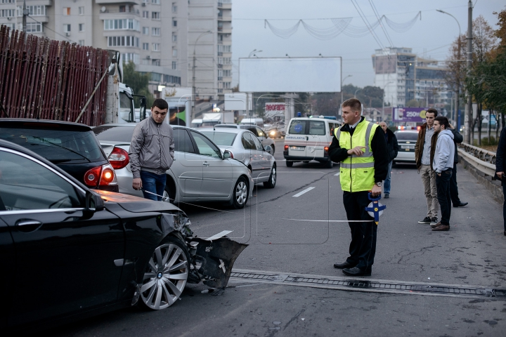 HAOS pe Viaduct! ACCIDENT ÎN LANŢ cu implicarea a cinci maşini (FOTO)