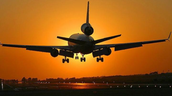 MOMENTE DE GROAZĂ! Motorul unui avion a început să se dezintegreze în timpul decolării (FOTO)