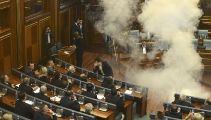 Moment tensionant în Parlamentul din Kosovo: Două deputate AU LEŞINAT