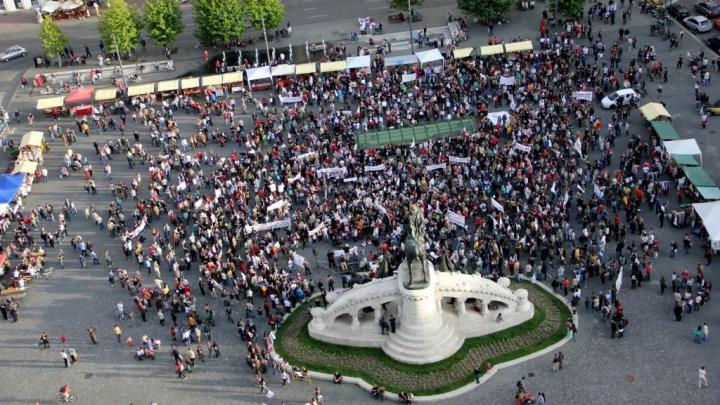 Protest la Bucureşti. Sute de oameni au cerut demisia vice-premierului Gabriel Oprea (VIDEO)