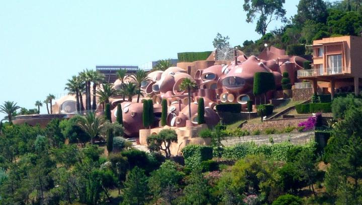Palatul din bule, care aparţine designerului Pierre Cardin, scos la vânzare! Cât costă conacul