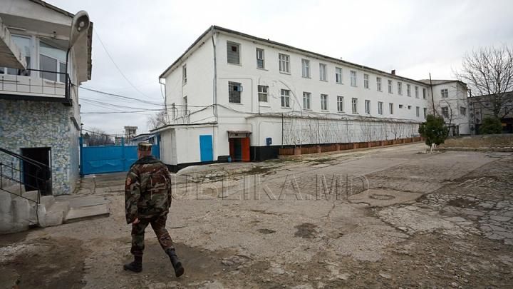 AMBUSCADĂ, organizată la un penitenciar din Cahul. Un tânăr vroia să arunce peste zid... o mănuşă